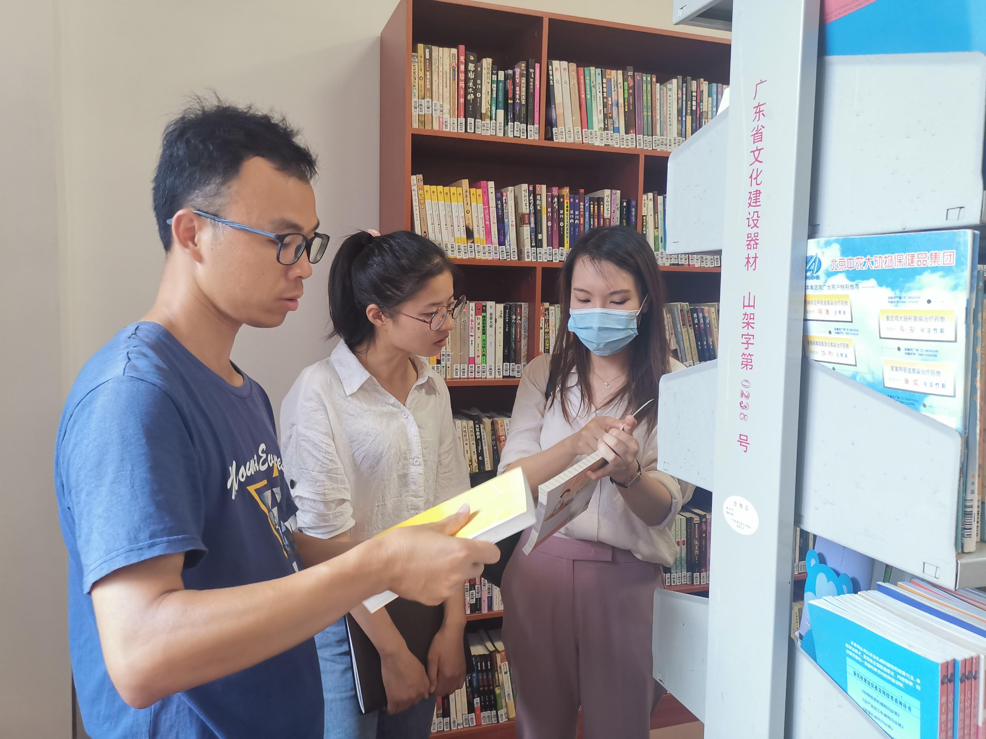 """爱心图书捐赠助力文化扶贫 ——我院图书馆向扶贫点""""南雄市水口镇水口村""""捐赠图书"""